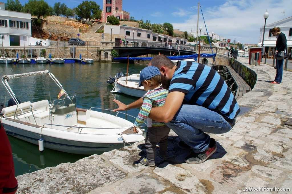 Puerto de Ciutadella en Menorca con hijos