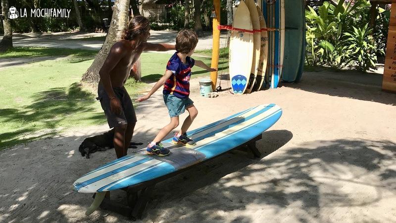 Foto Siargao niño practicando surf