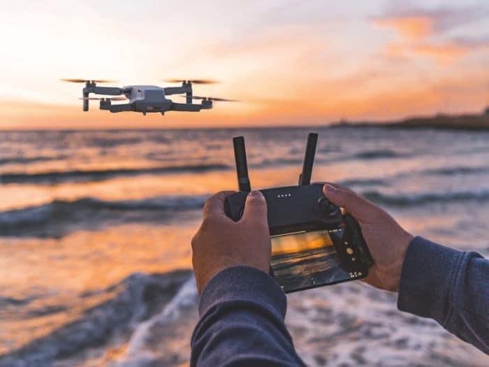 Volar un drone plegable de viaje